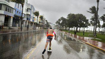 Avenida. El floridano Funky Matas corre con su skate a lo largo de South Beach, cuando los primeros vientos del huracán Irma se sentían en Miami Beach.