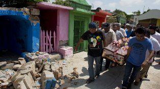 Dolor. Un cortejo fúnebre en Juchitán pasa entre las ruinas del terremoto.