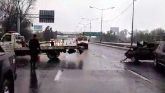 Perdió el control del vehículo, chocó en avenida Circunvalación y quedó atrapado en el auto