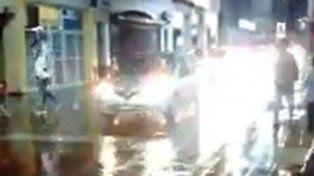 Una fila de autos transita por la peatonal San Martín el sábado por la noche mientras ocurría el temporal.