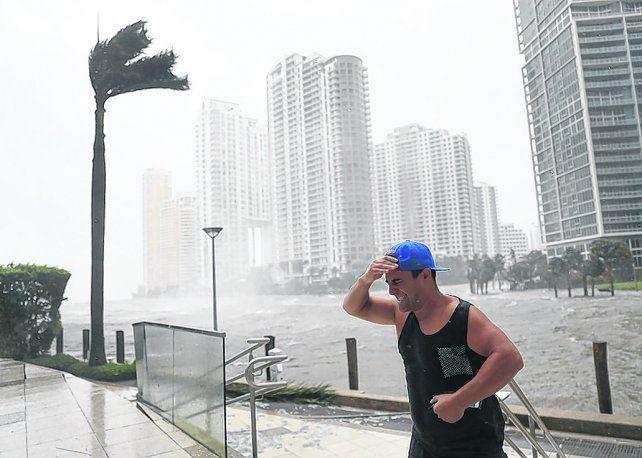 Aguante. Un solitario en el centro de Miami soporta el viento. Atrás