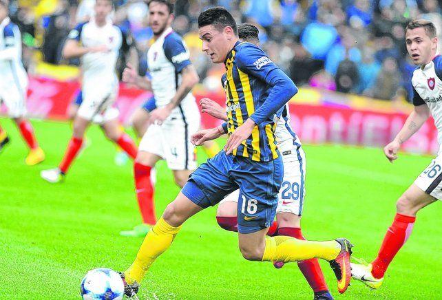 Asume riesgos. Mauricio Martínez elude a un rival en la salida para evitar tirar un pelotazo.