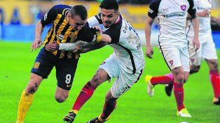 Forcejeo. Ruben intenta superar la férrea marca del chileno Paulo Díaz. Marco tuvo movilidad