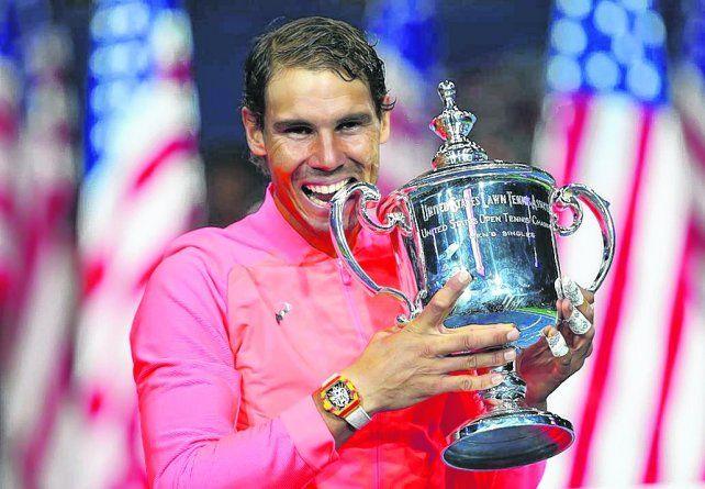 Un clásico. Nadal muerde el trofeo