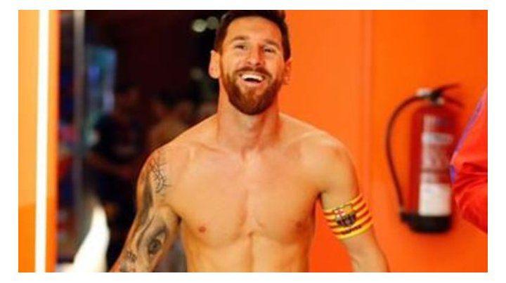 Un beso en la ingle, el último tatuaje que Messi dejó entrever tras el triplete en Barcelona