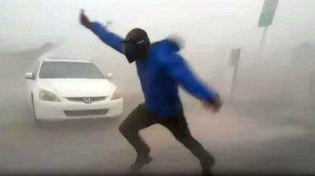 un meteorologo se jugo la vida para medir la fuerza del viento del huracan irma