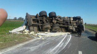 Un camión que volcó corta un carril, sobre el kilómetro 316, en la autopista a Córdoba.
