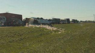 Un camión que volcó corta un carril