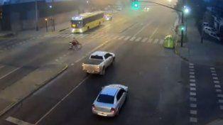Un video muestra el momento en que una camioneta atropella una moto que pasó en rojo