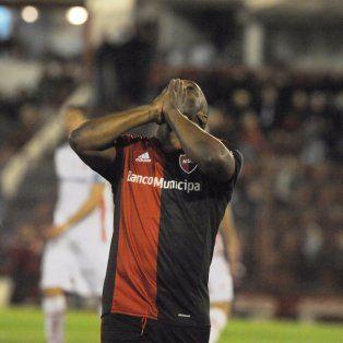 Luis Leal se agarra la cabeza después de perderse una oportunidad clara en el inicio del partido.