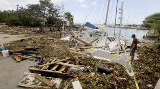 costa. El propietario de un velero estrellado observa y señala los daños en el puerto deportivo Dinner Key.