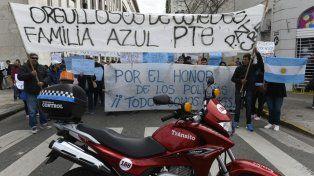 Pellegrini y Moreno. Familiares de policías cortaron el tránsito.