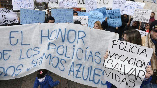 La protesta de los familiares de los policías se hizo en Pellegrini y Moreno.