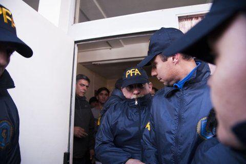 efectivos. Los gendarmes salen del juzgado tras declarar.