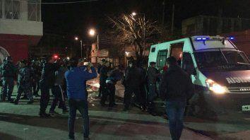 tres heridos y 120 detenidos tras un enfrentamiento entre barras de independiente y la policia