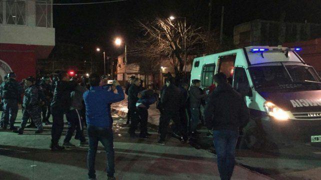 Tres heridos y 120 detenidos tras un enfrentamiento entre barras de Independiente y la policía