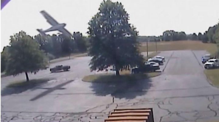 Un piloto realizó un poco ortodoxo aterrizaje en una playa de estacionamiento