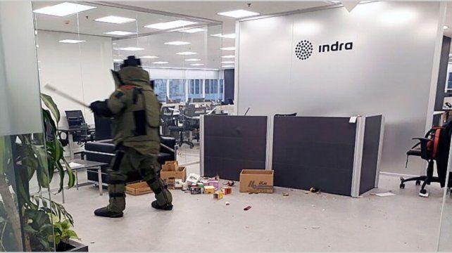 La carta - bomba lastimó a un cadete y una recepcionista de la empresa.