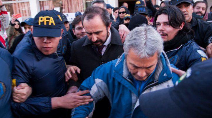 El juezOtrando salió custodiado ayer del Tribunal de esquel donde hoy continuó tomando declaraciones.