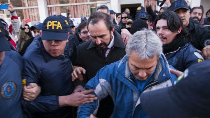 Los gendarmes salieron camuflados del juzgado de Esquel para evitar mayores incidentes.