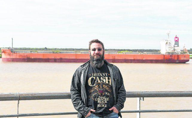 Junto al río marrón. Piti Fernández visitó Rosario  para promocionar su primer disco solista