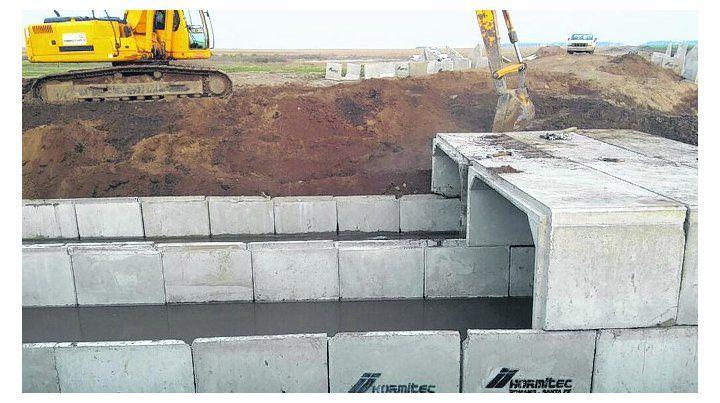 Conductos. Se están finalizando las obras de alcantarillas sobre el canal.