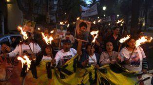 iluminados. Los manifestantes marcharon llevando antorchas y clamaron justicia por Franco una y otra vez.