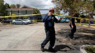 norte de miami. Bomberos colocan la cinta perimetral en el complejo donde murieron abuelos.