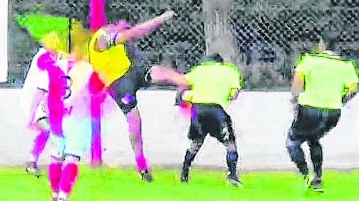 Patadón.. En la toma televisiva se ve cómo el arquero Martías Durán golpea en la cara al juez de línea Marcelo Pereyra.