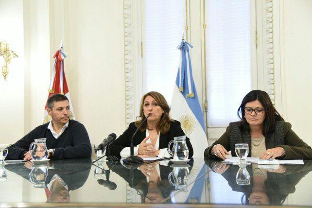 Fein junto a Gustavo Leone y Mónica Alvarado durante la presentación del nuevo sistema de transporte.