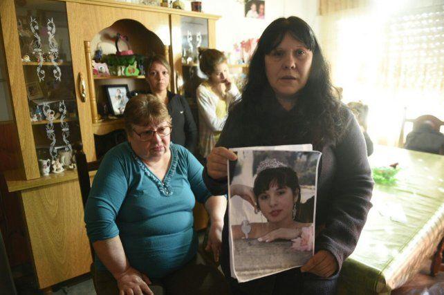 María Esther exhibe la foto de su hija y espera una respuesta a la búsqueda.