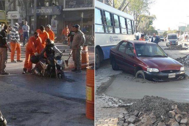 Insólito: vehículos se hunden en el cemento húmedo de una obra