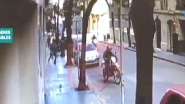 Motochorros roban a una mujer una cartera con 600 mil pesos que sacó del banco