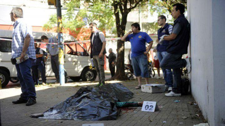 El cuerpo de García quedó tendido en la esquina de Corrientes y Uriburu.