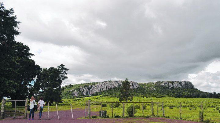 Naturaleza pura. El cerro Arequita es una curiosidad geológica con numerosas grutas producto del pasaje de lava en la época en que tenía actividad volcánica.