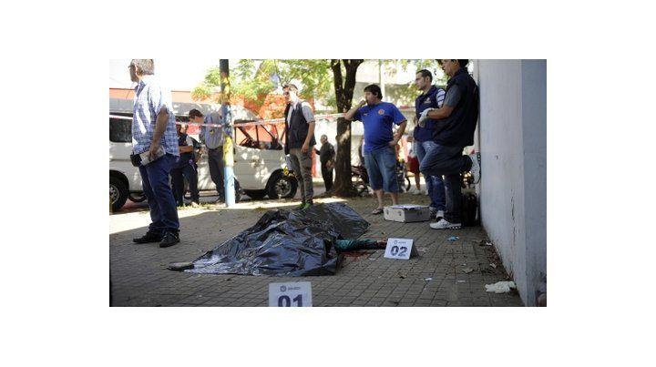 trágico final. El cuerpo del marino Héctor García yace en la vereda de Uriburu y Corrientes tras la pelea fatal.
