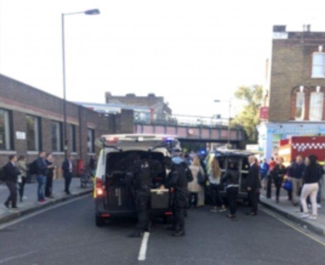 La policía londinense y los servicios de urgencias en la estación de Parsons Green.