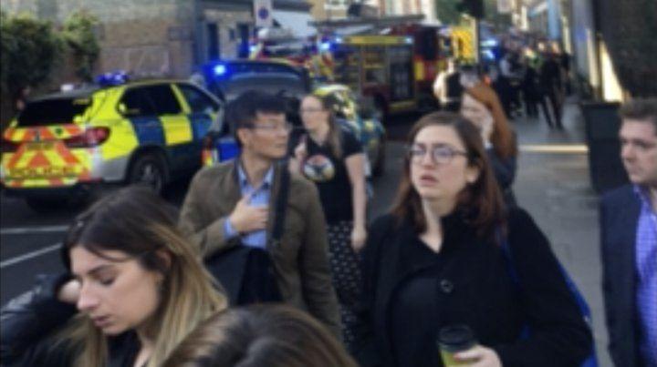 Imagen de TV muestra a usuarios del metro abandonando la estación de Parsons Green.