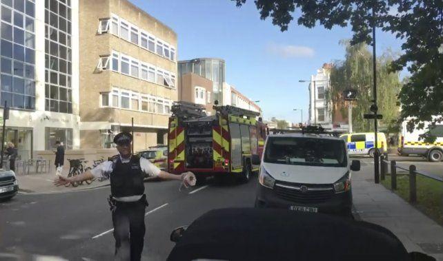 Imagen de video. Policía londinense corta el avance de curiosos en la zona de la explosión.