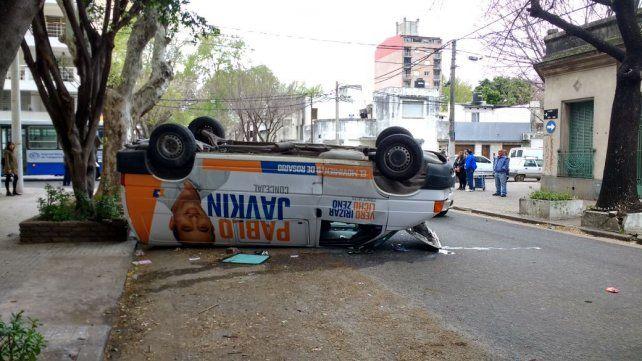 Una camioneta afectada a la campaña de Pablo Javkin volcó tras ser embestida por un Gol rojo.
