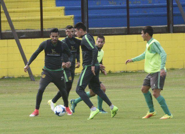 Al frente. Colman y Martínez se mostraron muy activos a la hora de hacer fútbol.
