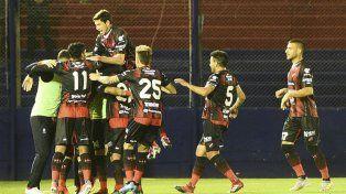 Festejo alocado de los jugadores entrerrianos por la victoria ante Tigre.