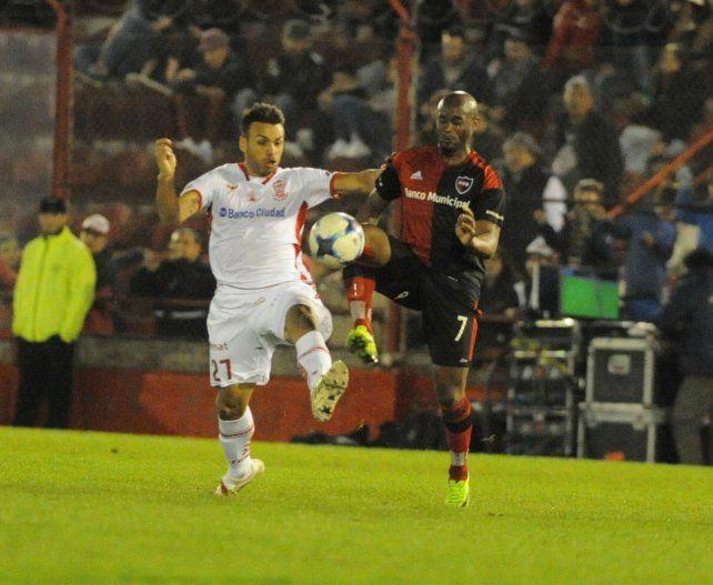 Encara. Leal debutó de manera satisfactoria con Huracán. La Pantera buscará su primer gol en Newells.