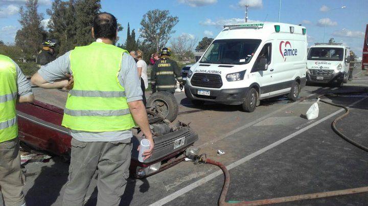 Volcado. Así quedó el vehículo que protagonizó el accidente en la autopista Rosario-Santa Fe.