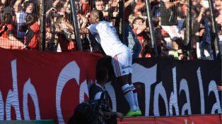 Leal se pega al alambrado y festeja su gol con la hinchada de Newells.