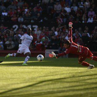 Luis Leal tiene la mirada fija en la pelota y define al segundo palo de Gabbarini. Golazo.