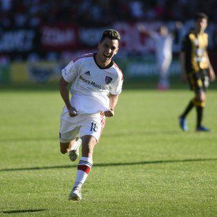 Joaquín Torres, la figura de la cancha, celebra su gol, el primero con la camsieta leprosa.