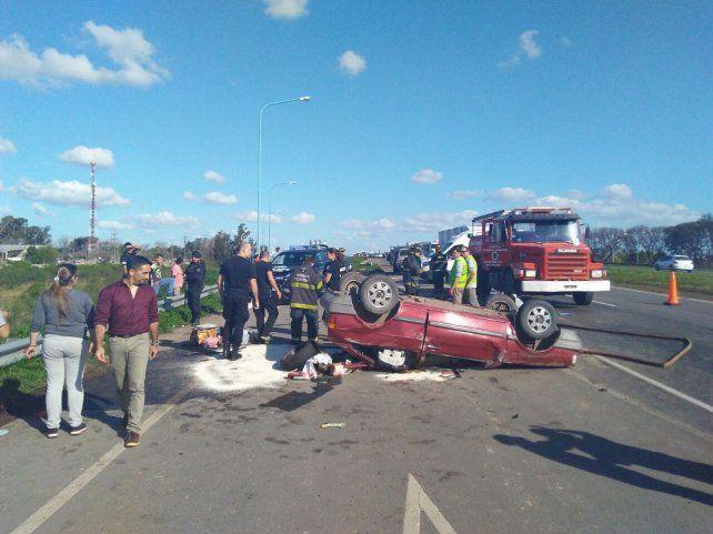 Cuatro heridos tras el vuelco de un auto en la autopista Rosario-Santa Fe