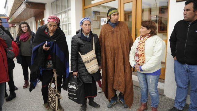 Miembros de la comunidad Pu Lof se aprestan a dar una conferencia de prensa en Esquel.