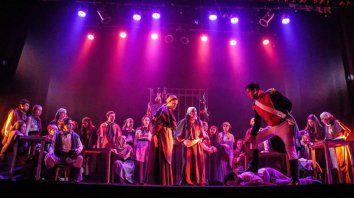 Musical. La puesta en escena exhibe un gran despliegue artístico y técnico.